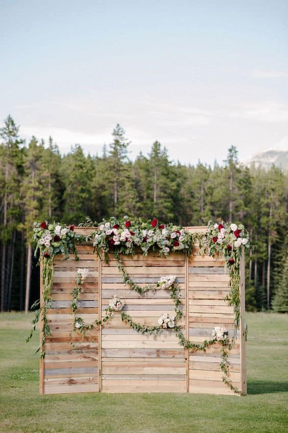 Creative Wedding Ceremony Decor Ideas | Pallet Backdrop