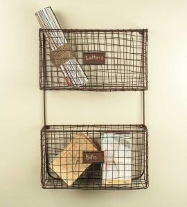 These wire wall baskets will help organize and declutter your farmhouse! Great farmhouse storage idea. Love all of these gift ideas on the gift guide for your farmhouse friend