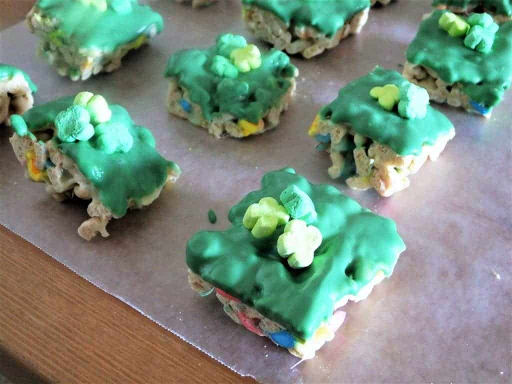 St. Patrick's Day Lucky Charms Bars | Saint Patrick's Day Treats | St Patty's Day Cereal Bars | Saint Pattys Day Recipe | Dessert for St. Patricks Day | Cute cereal bar for St. Paddy's Day | Cereal bars | How to make cereal bars with Lucky Charms | Clover bars | Recipe for Lucky Charm Bars | What to cook for Saint Patrick's Day