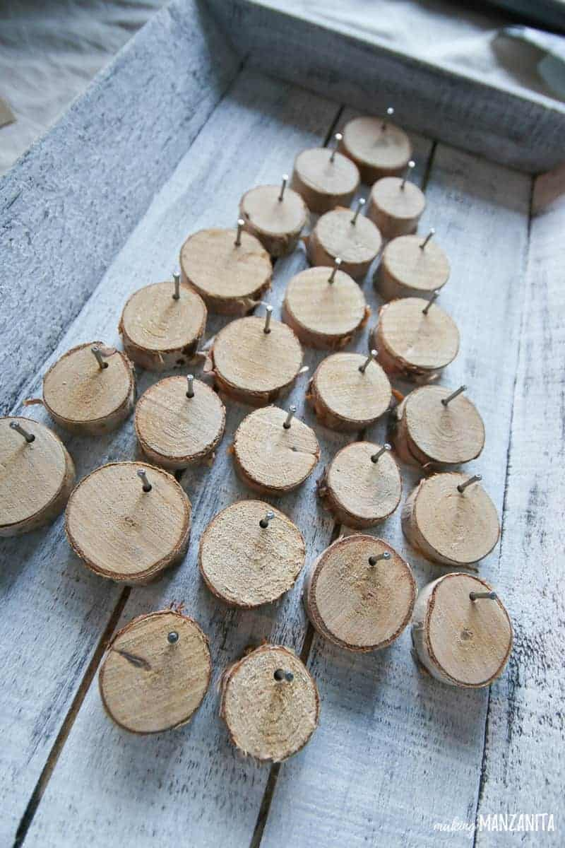 Small wood rounds nailed to a painted wood tray makes the cutest DIY Christmas advent calendar idea! I love this farmhouse style Christmas countdown.   Xmas Countdown Ideas   Christmas Craft   Days till Christmas   Countdown Sign