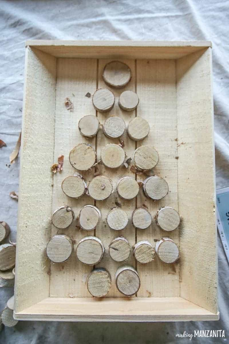 Turn this Walnut Hollow unfinished wood tray and small birch wood rounds into a super cute & rustic Christmas advent calendar!