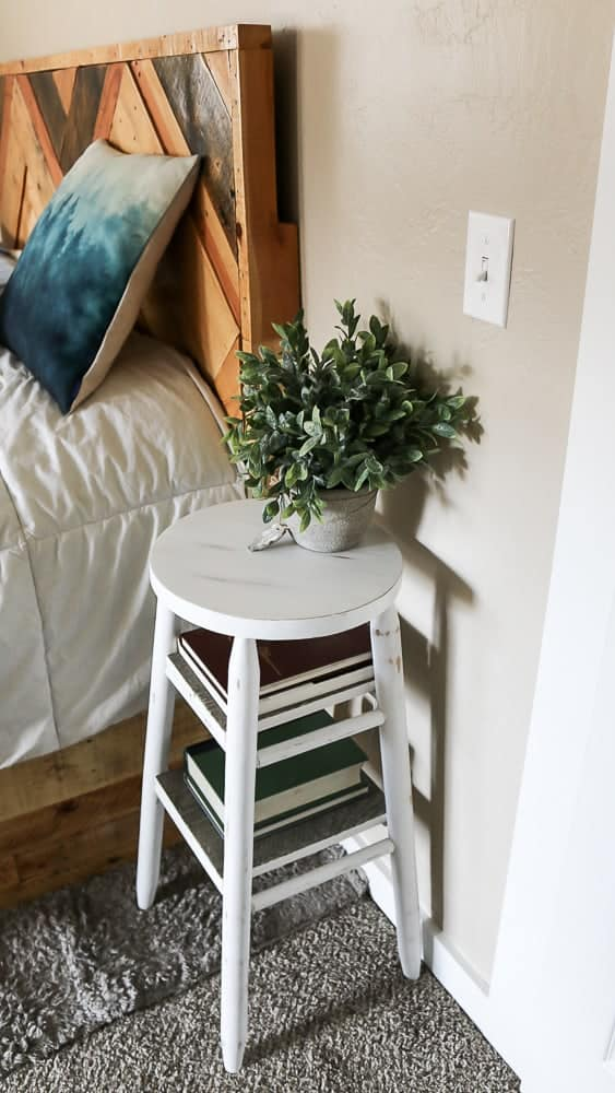 I love this idea for repurposed bar stool made into night stand with farmhouse style! Creative upcycle furniture projects that you can make from thrift store finds!