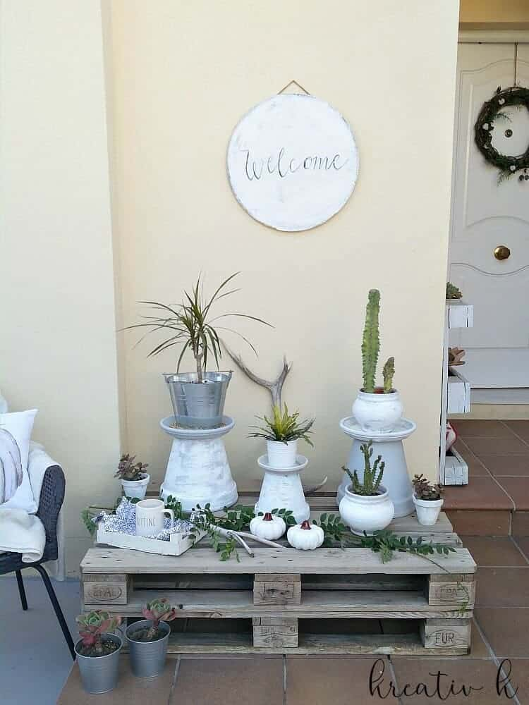Fall porch with succulents and pallets, Kreativ K