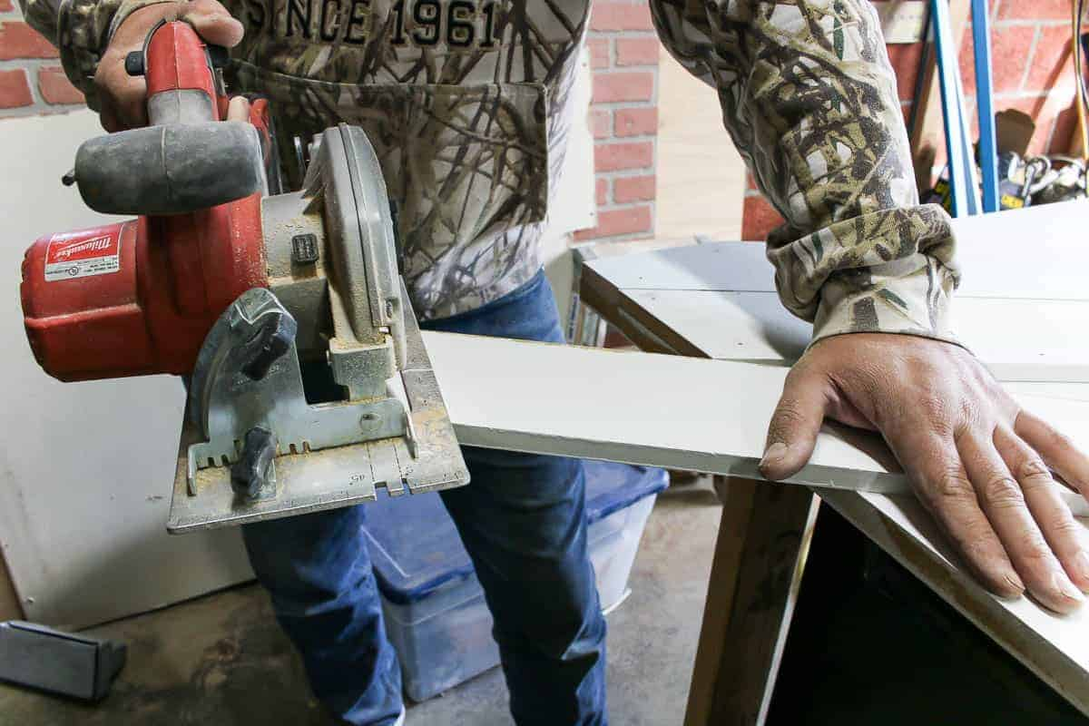 Cut the excess part of the middle diagonal slat with circular saw.