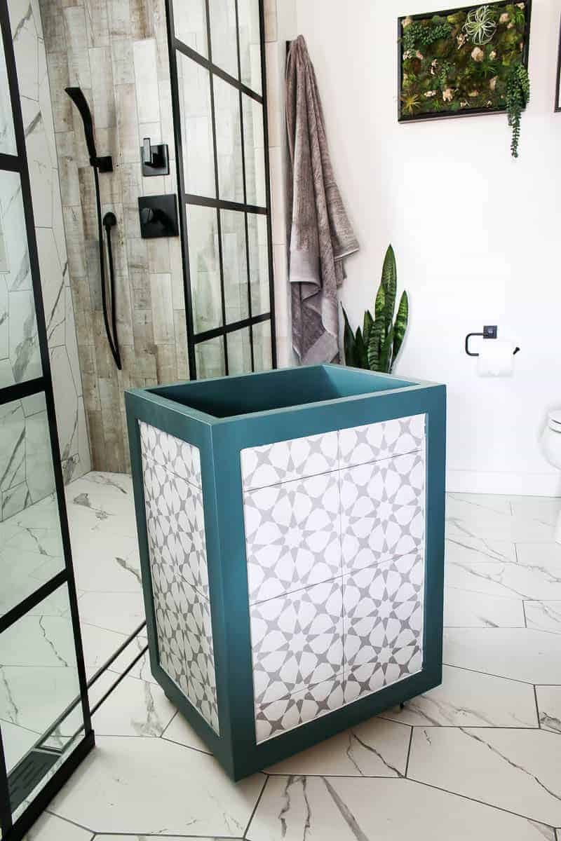 DIY famrhouse hamper for the modern farmhouse bathroom